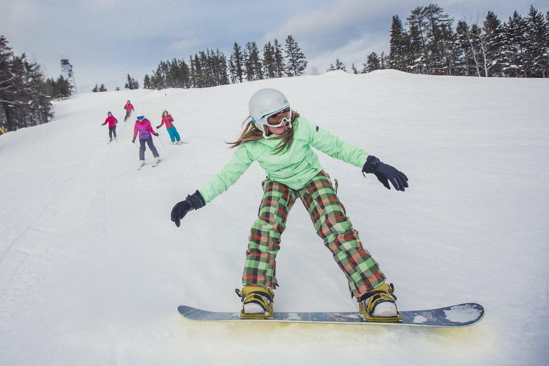Une jeune fille en snowboard