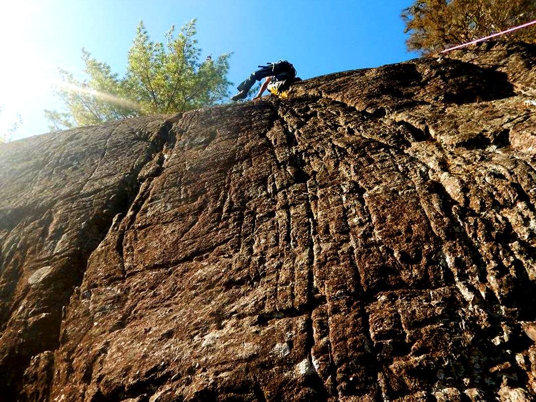 Homme escalade une falaise abrupte