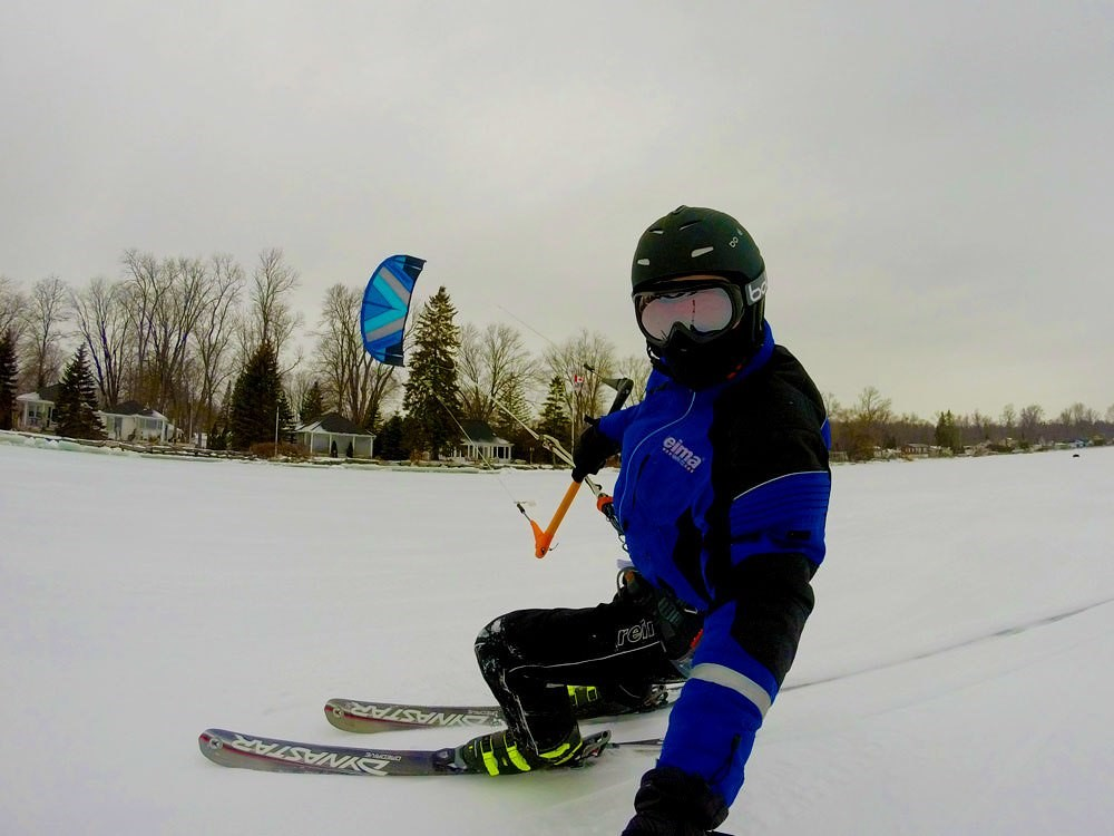 Une personne faisant du snowkite sur un lac gelé