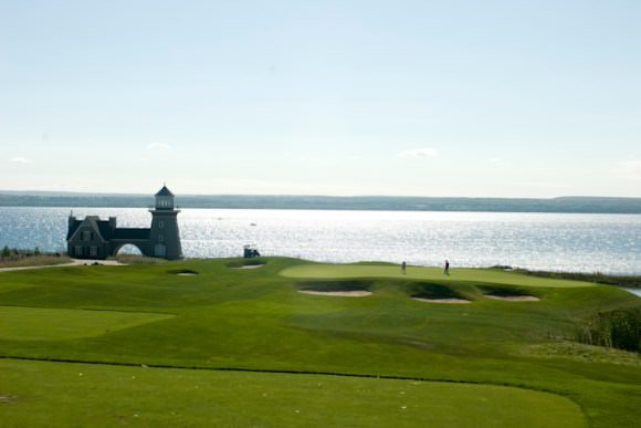 Terrain de golf pittoresque et pavillon surplombant la baie Georgienne