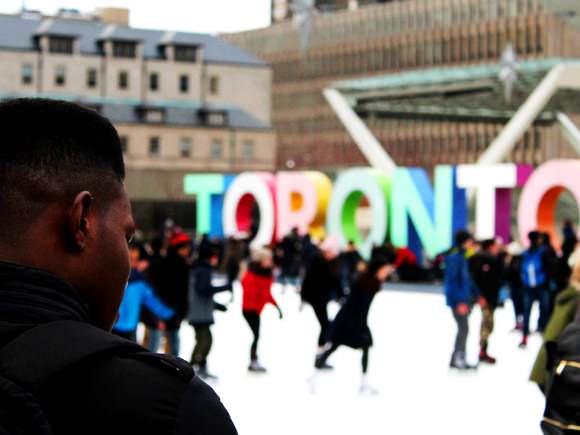 Les gens patinent au centre-ville de Toronto