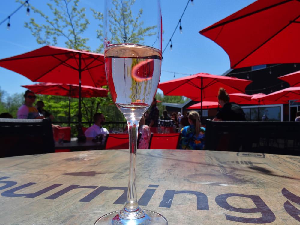 Un verre de vin posé sur une table dans un patio