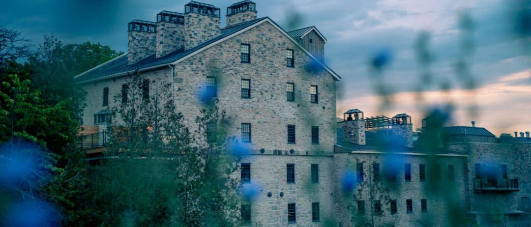 Grand bâtiment en pierre d'Elora Mill