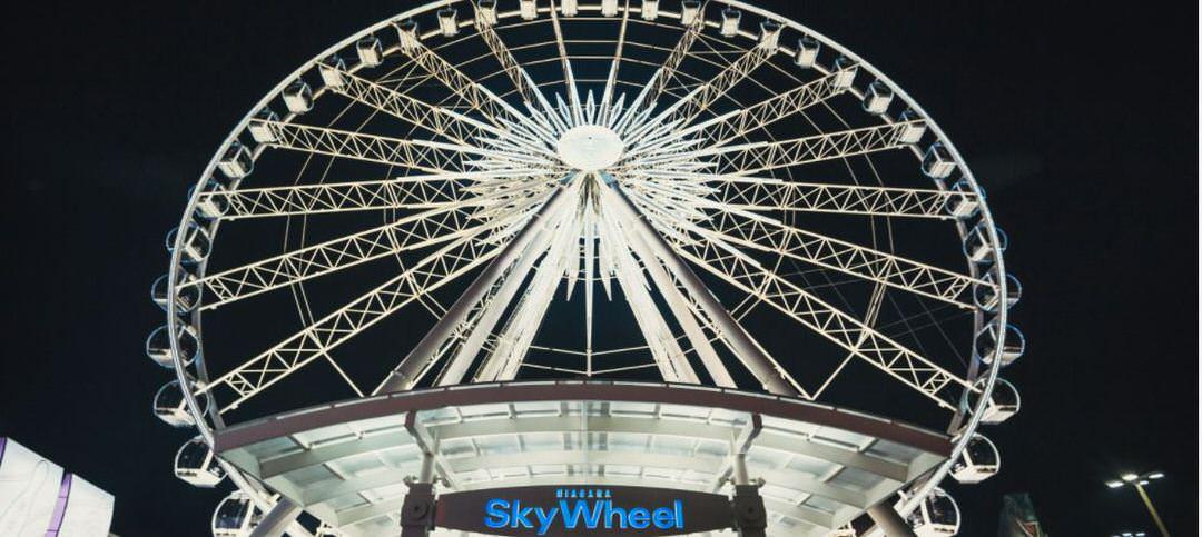 Skywheel blanc géant brillant dans le ciel sombre sur Clifton Hill