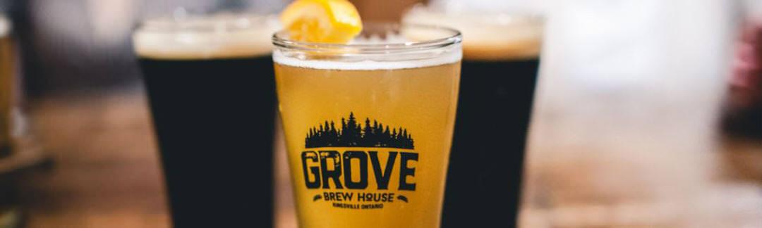 2 verres remplis de bière brune et 1 verre rempli de bière ambrée