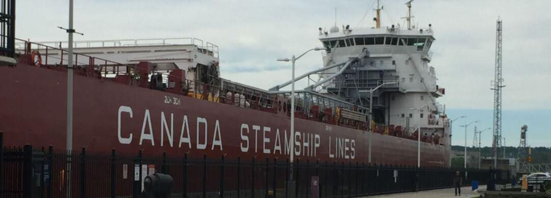Navire géant de la Canadian Steamships Line amarré dans le canal Welland