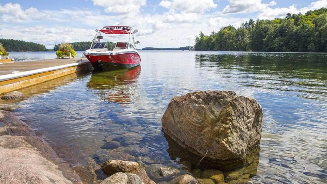 Un bateau accosté à un quai menant à une île