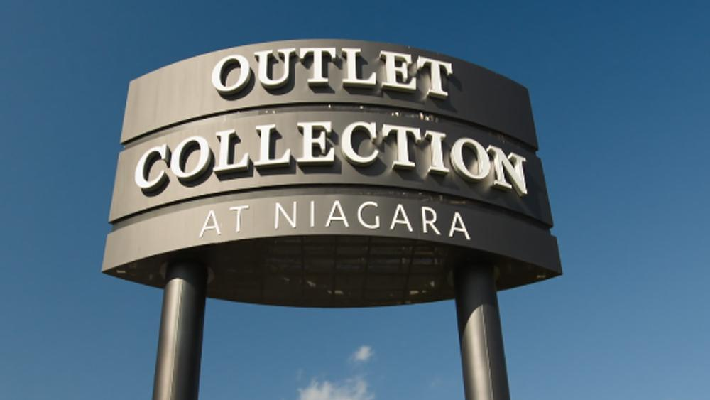 The large roadside sign for the Niagara Outlet Mall