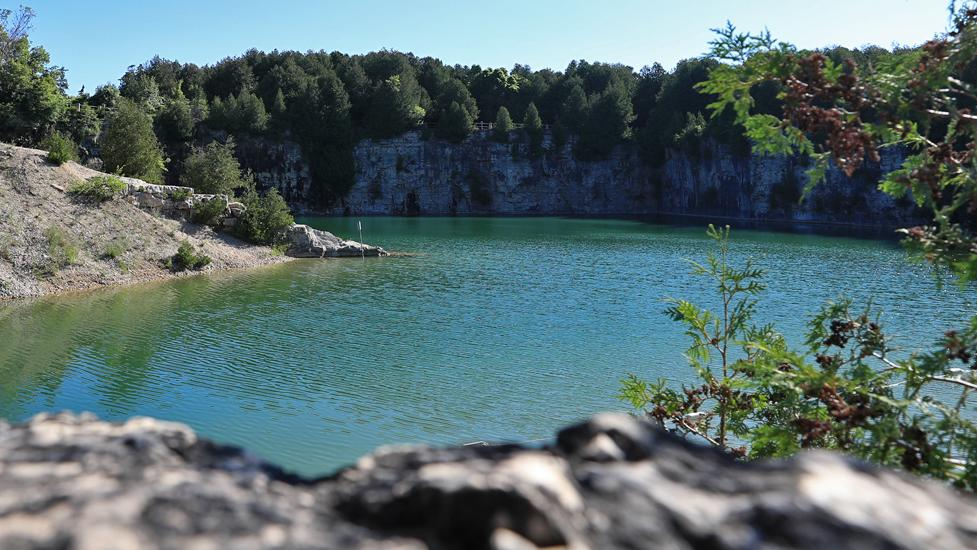 L'eau bleue d'un trou de baignade artificiel