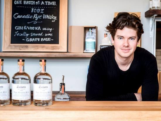 Au bar, un barman sert trois bouteilles de rye blanc Dillon.