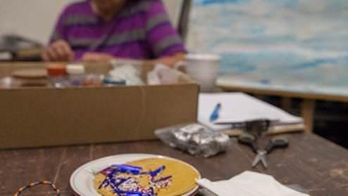 Un artiste ojibwé travaille sur une pièce dans un studio