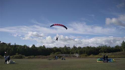 Parachutiste dans un terrain gazonné