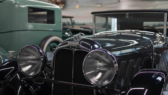 Voiture ancienne exposée dans la salle d'exposition du Musée des transports
