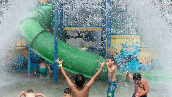 Un groupe d'enfants dans un parc aquatique sur le point de se faire éclabousser