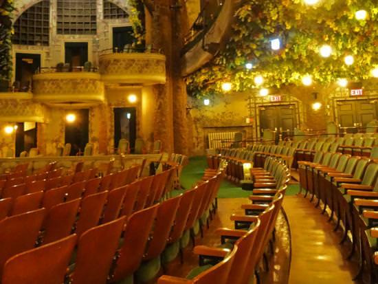 Des feuilles, des vignes et des fleurs peintes à la main décorent le théâtre