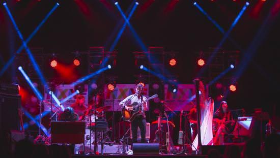 Un groupe musical sur scène