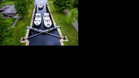 Deux navires naviguent dans les écluses le long du canal Rideau