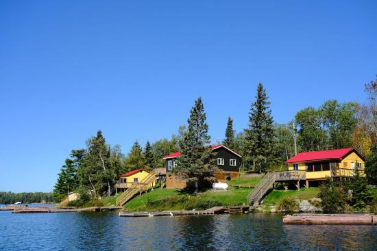 Un pavillon de pêche rustique au bord du lac avec des chalets près de Kenora