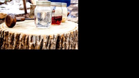 Trois pots de sirop d'érable s'asseoir sur une table en bois
