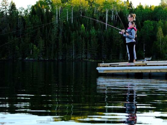 Une mère et sa fille pêchent au large d'un quai