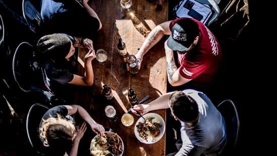 Les gens autour d'une table en train de profiter d'un repas