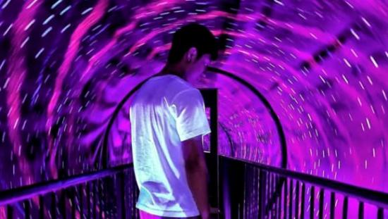 L'homme dans un tunnel lumineux