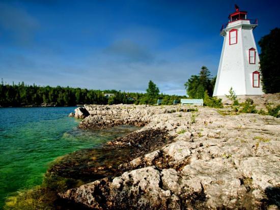 un phare au bord de l'eau