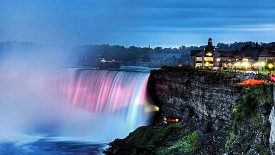 Les chutes Niagara éclairées durant une soirée paisible
