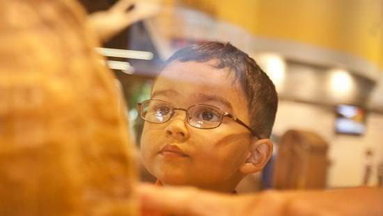 Un petit garçon regarde une exposition scientifique
