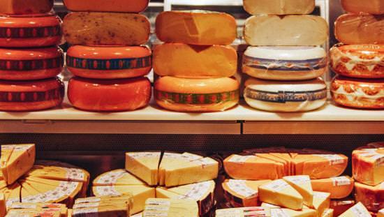 Un affichage complet de différentes sortes de fromage