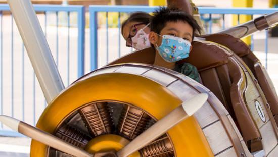 deux enfants profitent d'un tour dans un parc d'attractions