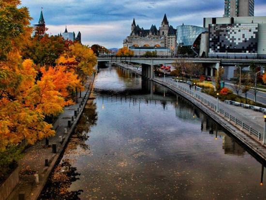 Couleur d'automne le long du canal Rideau