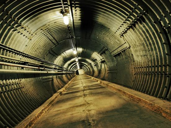 Un passage souterrain faiblement éclairé dans le musée Diefenbunker