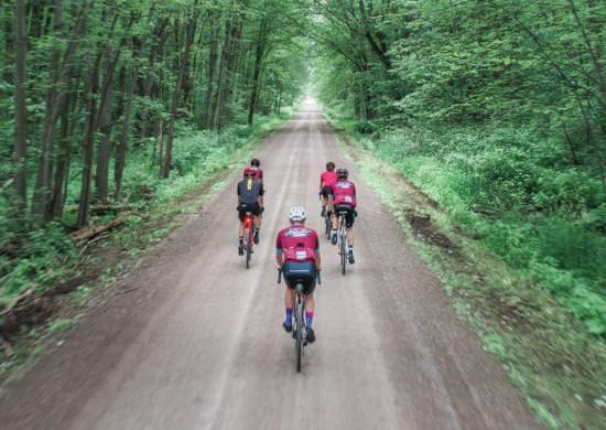 Cyclistes circulant sur un très long chemin