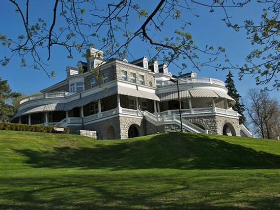 Un magnifique manoir blanc sur une colline