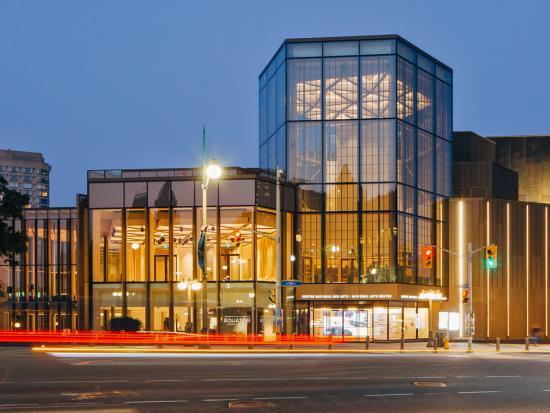 Le Centre national des Arts à Ottawa illuminé la nuit