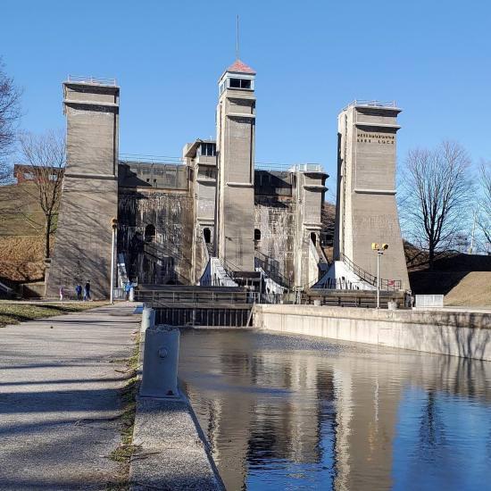 Un gros plan du canal menant à l'écluse de l'ascenseur à bateaux, une grande structure grise