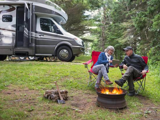 Un couple de personnes âgées profitant du plein air près de leur camping-car
