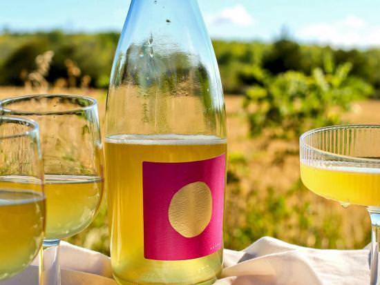 Une bouteille et des verres de délicieux cidre local