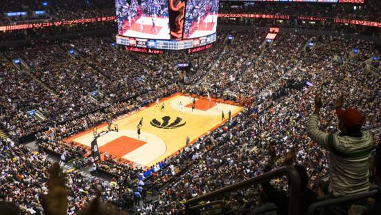 Vue du siège du niveau supérieur du terrain de basket-ball lors d'un match des Raptors de Toronto