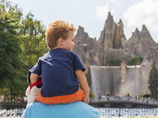 Petit garçon assis sur les épaules de son père