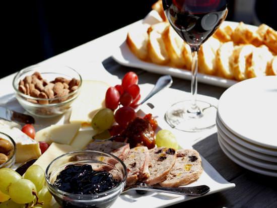 Une charcuterie, un verre à vin et des assiettes