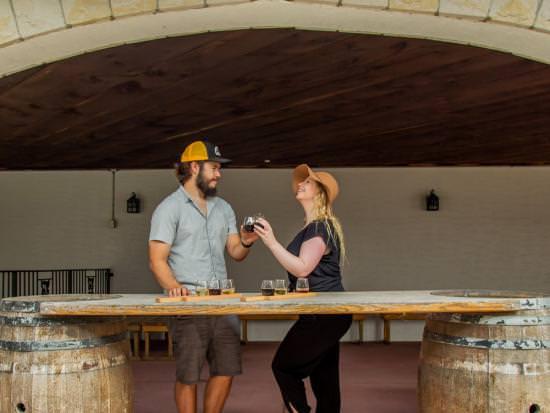Un homme et une femme toasts avec des verres à vin