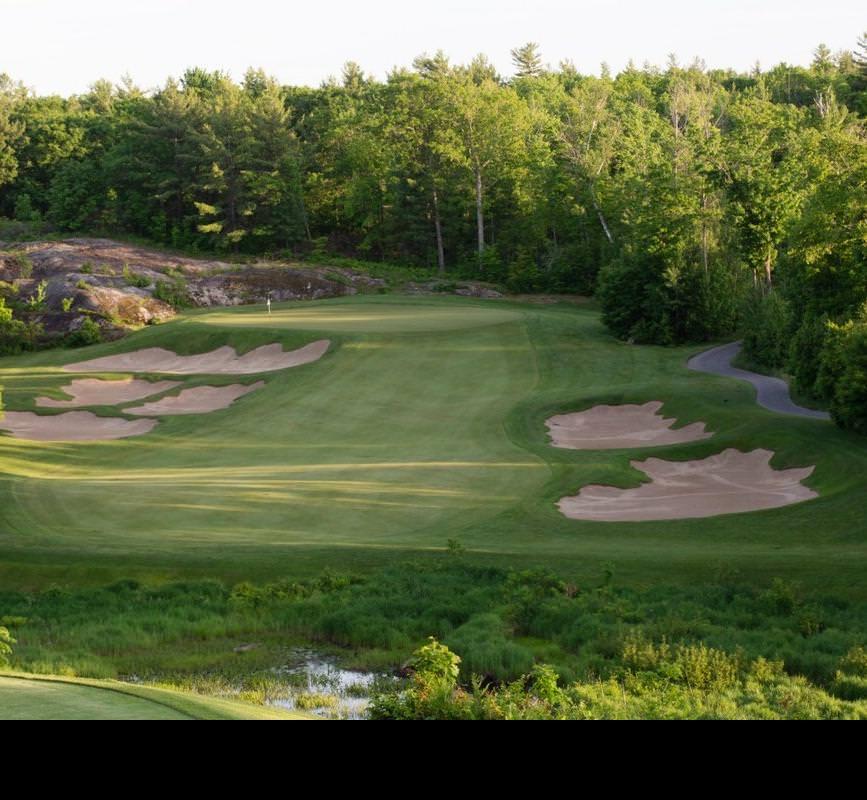 Parcours verdoyant et luxuriant sur un parcours de golf pittoresque