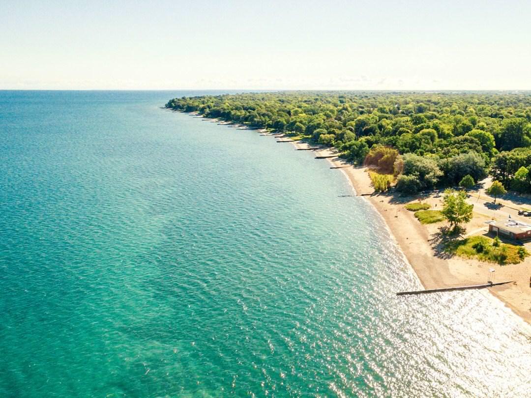Une vue aérienne d'une magnifique eau bleu-vert et d'une longue plage de sable