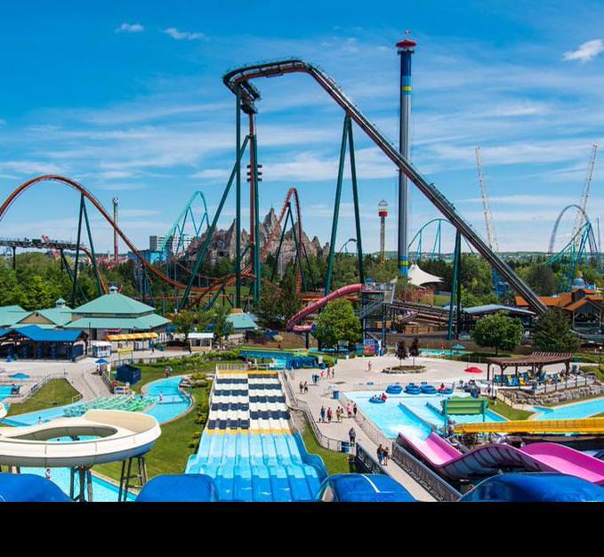 Un parc d'attractions rempli de glissades d'eau, de montagnes russes et de manèges de chute libre.